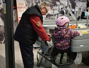 Ute med barnbarnet