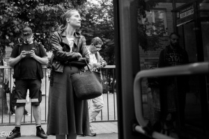 kvinna och buss